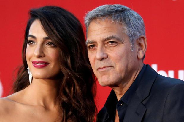 """导演George Clooney和他的妻子Amal参加2017年10月22日在加利福尼亚州洛杉矶举行的""""Suburbicon""""首映式。"""