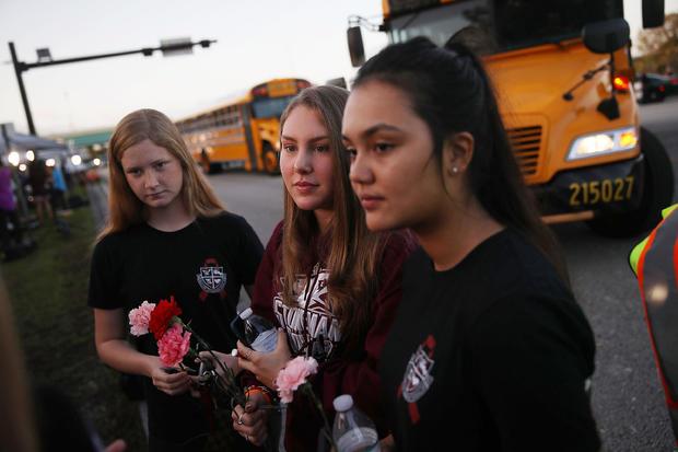 学生在佛罗里达学校大规模射击后第一次返回课堂