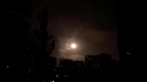美国,英国和法国军队在大马士革发动空袭后,叙利亚防空部队重新起飞
