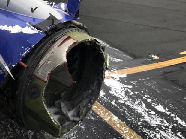 在波音737于2018年4月17日在费城国际机场紧急降落后,看到西南航空公司1380航班的发动机。