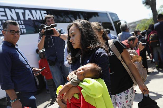 穿越墨西哥的移民大篷车临近美国