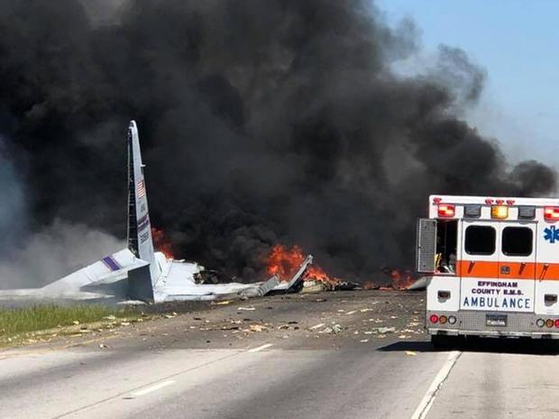 2018年5月2日,一架飞机在佐治亚州萨凡纳的一条公路上坠毁后,机组人员开始工作。