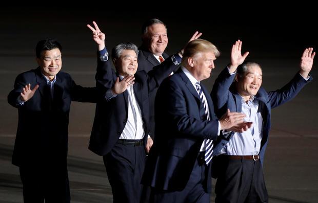 美国总统唐纳德特朗普和国务卿迈克庞培在抵达联合基地安德鲁斯时,这三名美国人曾在朝鲜劫持人质