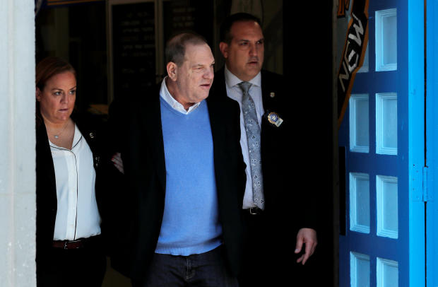 电影制片人Harvey Weinstein于2018年5月25日离开纽约警察局在纽约曼哈顿的第一区。