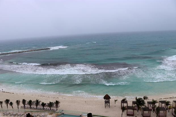 一般视图显示阿尔贝托接近坎昆的亚热带风暴空旷的海滩