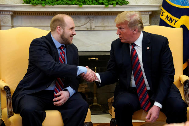 美国总统唐纳德特朗普与委内瑞拉释放的美国传教士乔什霍尔特在华盛顿白宫椭圆形办公室握手