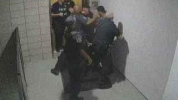 cbsn融合台面,亚利桑那州的官员见过-ON-视频反复冲人缩略图,1584786-640x360.jpg