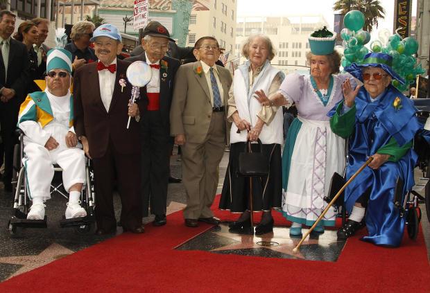 """1939年电影经典""""绿野仙踪""""中的芒奇金斯于2007年11月20日在加利福尼亚好莱坞的格劳曼中国剧院举行的入职仪式上与好莱坞星光大道上的新星合影。从左到右是克拉伦斯"""