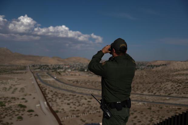 边境巡逻人员使用双筒望远镜在新墨西哥州桑兰公园寻找与美国墨西哥边境的非法移民,
