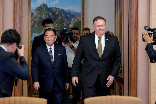 朝鲜高级执政党官员兼前情报局局长,美国国务卿迈克庞培和金永哲在平壤的Park Hwa宾馆休息后重返讨论