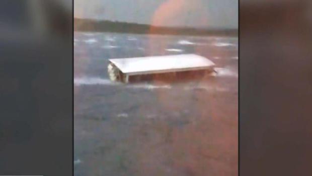 在2018年7月19日的视频截屏中,鸭子船在密苏里州布兰森地区的表岩湖的恶劣天气中看到下沉。