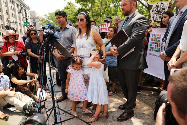 支持者呼吁释放在纽约被ICE拘留的比萨饼送货员
