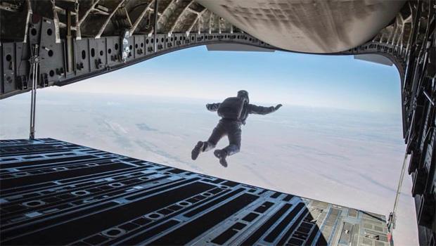 任务是不可能的 - 汤姆巡航降落伞跳-620.jpg