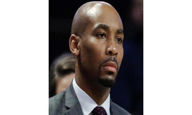 2017年11月28日,在北卡罗来纳州温斯顿 - 塞勒姆举行的NCAA大学篮球比赛的下半场,维克森林助理教练贾米尔琼斯与球队站在一起。