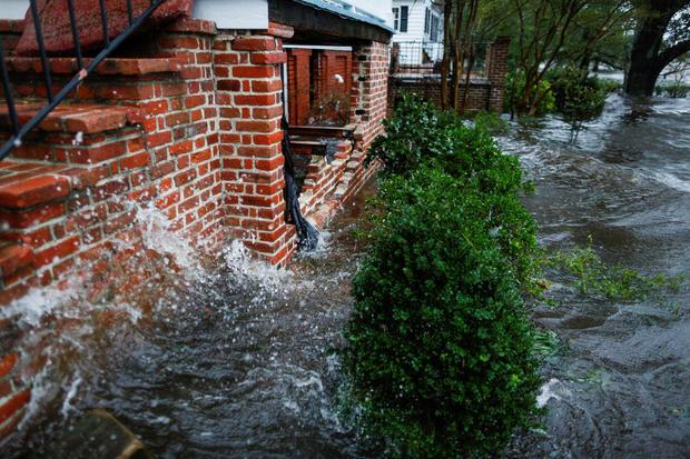 在新伯尔尼镇的佛罗伦萨飓风过去时,来自纽斯河的水淹没了房屋