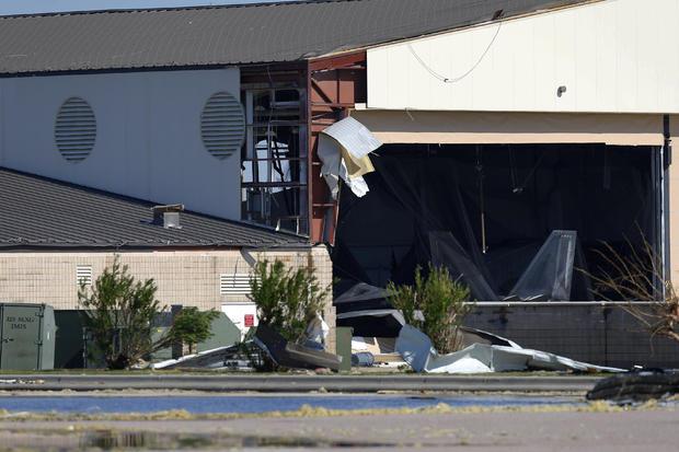 在廷德尔空军基地可以看到被飓风迈克尔击中的飞机库