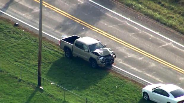 2018年10月30日,在印第安纳州富尔顿县的一个校车站发生致命事故后,空中镜头显示损坏的卡车。