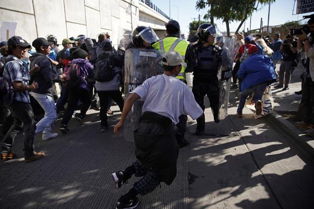 2018年11月25日,移民在墨西哥蒂华纳的Chaparral边境口岸,在圣伊西德罗进入美国附近的入口处突然袭击了一排警察。