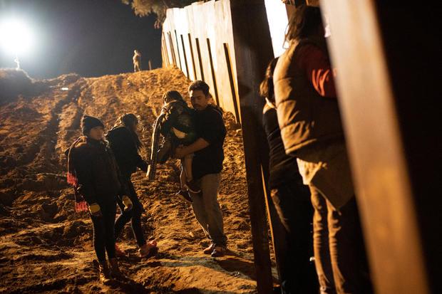移民是美国圣地亚哥县的一个成千上万的大篷车中的一部分,在美国圣地亚哥县,在从墨西哥非法穿越边境围栏,穿过边境围墙,穿过蒂华纳的边界墙后被看到