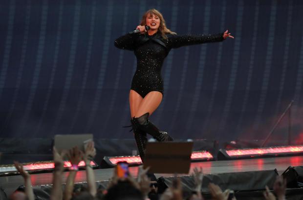 歌手泰勒斯威夫特在伦敦温布利体育场举行的体育场巡回演出期间表演