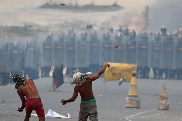 示威者向帕卡拉马的委内瑞拉国民警卫队投掷石块