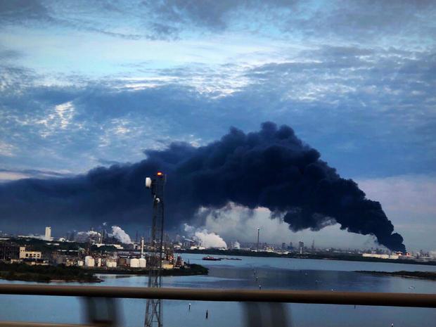 烟火上升的照片从火烧在洲际终端公司在鹿公园,在休斯敦东部
