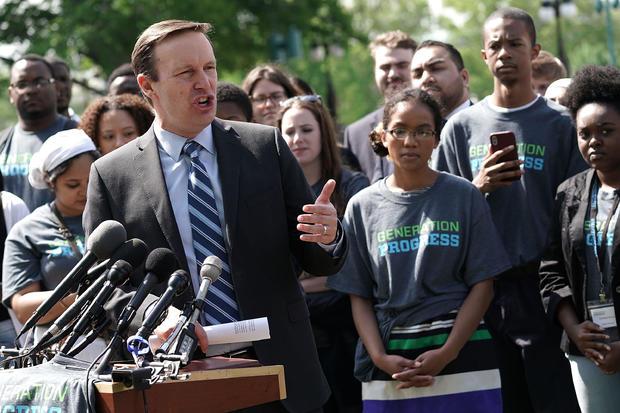 众议员克里斯墨菲,活动家,呼吁采取措施结束在国会山的枪支暴力