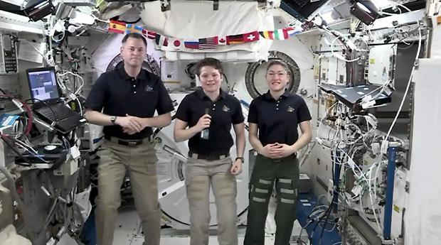 040119-ISS-crew.jpg