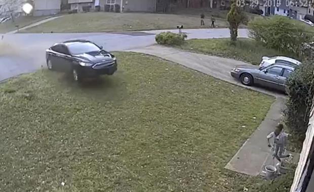 汽车击中女孩