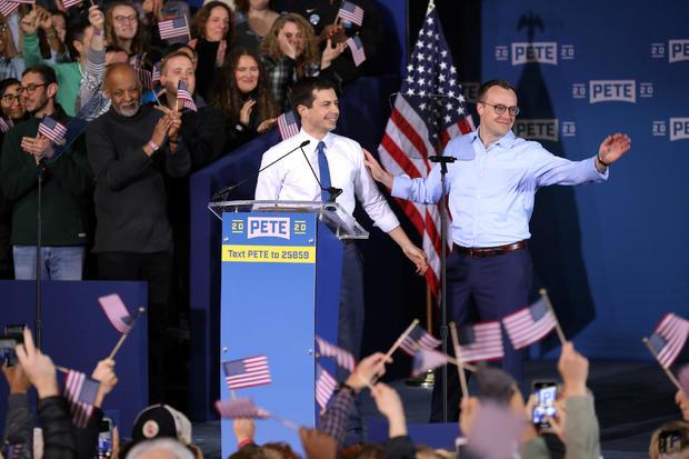 South Bend的市长Pete Buttigieg和他的丈夫Chasten Buttigieg参加集会宣布Pete Buttigieg在南本德举行的2020年民主党总统候选人资格