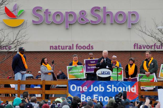 美国前副总统乔·拜登在波士顿举行的一场名为Stop&Shop工作的集会上发表讲话