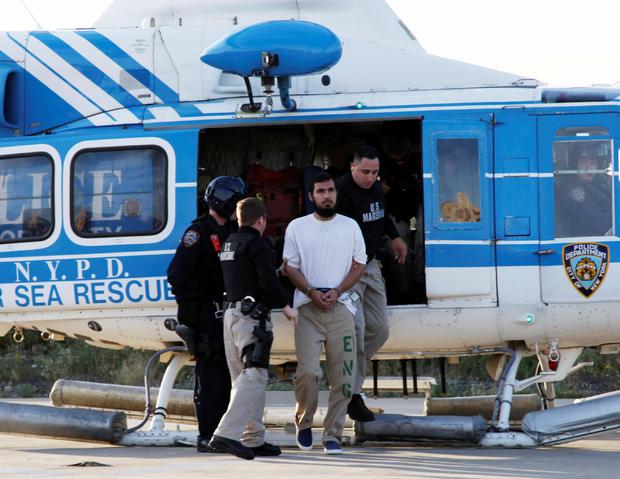 文件照片:Najibullah Zazi由美国法警在纽约警察局布鲁克林工厂陪同下