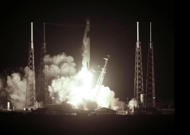 在从卡纳维拉尔角向国际空间站重新补给任务期间,一架SpaceX猎鹰9号火箭起飞装满了龙货船