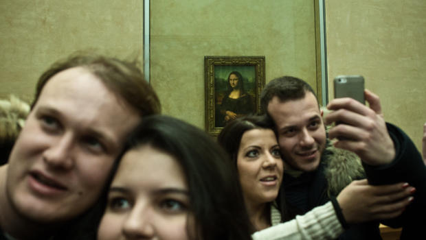 selifies-in-front-of-mona-lisa-alessandro-luerti-flickr-620.jpg