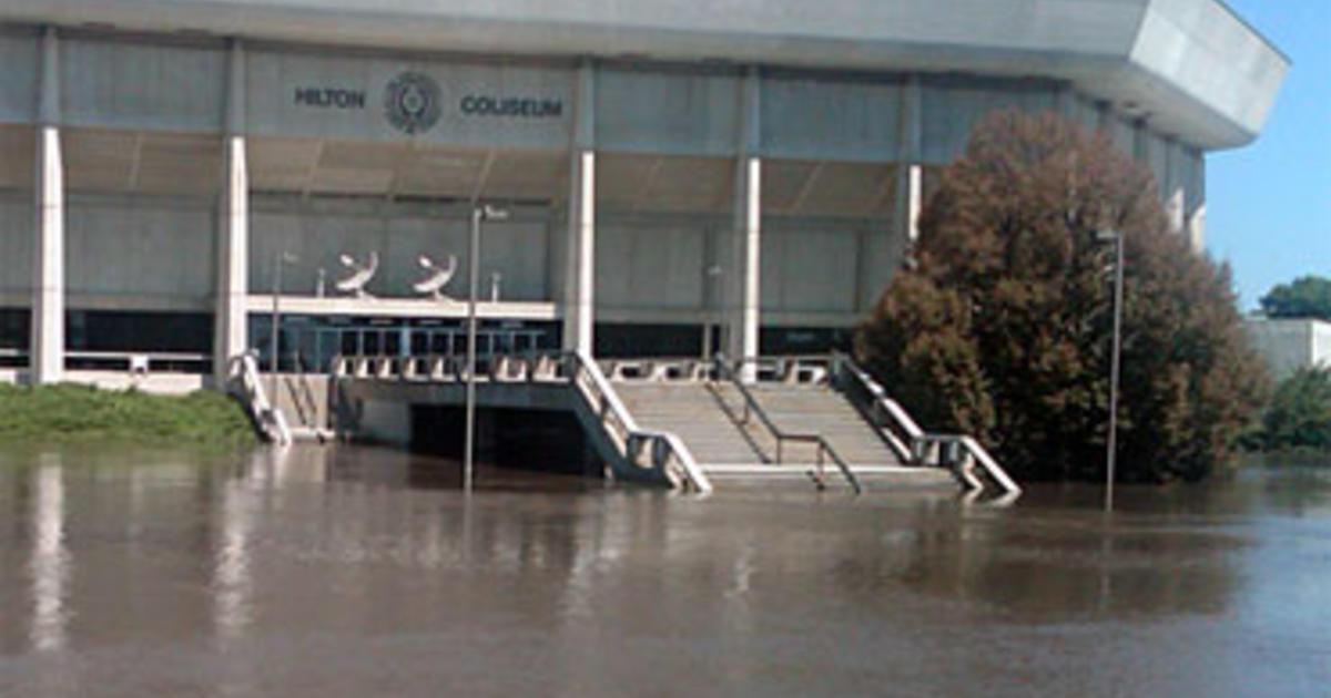 Flooding Kills 1 In Iowa Hundreds Evacuated Cbs News