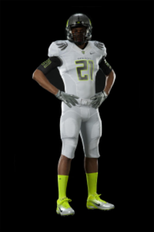 Oregon Ducks Reveal New Uniforms for BCS - CBS News 321b4eff5