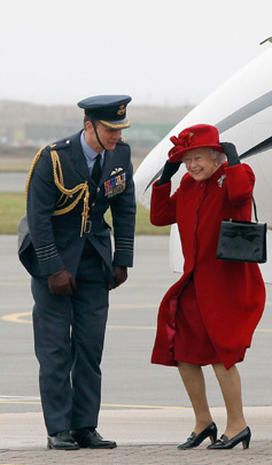 Queen visits Prince William at RAF base