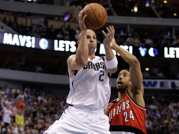 Jason Kidd passes the ball