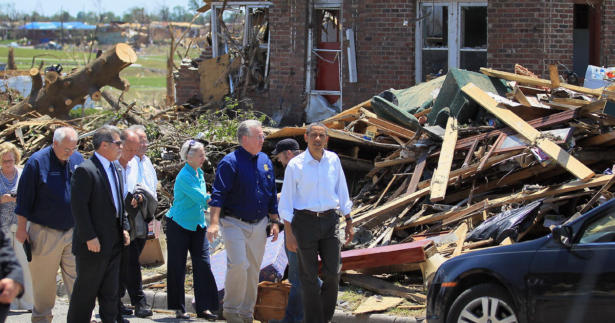 Obama tours tornado-ravaged Joplin - CBS News