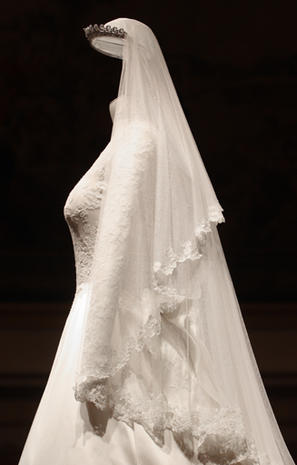Kate Middleton wedding dress, up-close - Photo 1 - Pictures - CBS News