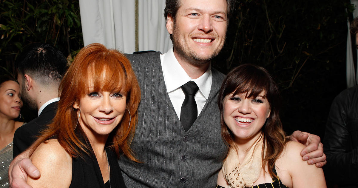 Kelly clarkson says blake shelton will officiate her for Who is reba mcentire married to now