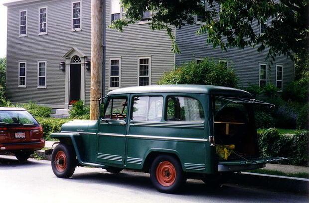 800px-Willys_Jeep_Wagon_green_in_yard_maintenance_use.jpg