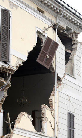 Strong quake rattles northern Italy