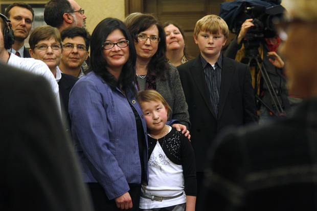Same-sex couples get married in Wash.