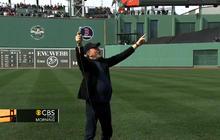 """Neil Diamond leads Red Sox fans in """"Sweet Caroline"""""""