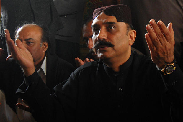 Asif Ali Zardari, the husband of slain Pakistani Prime minister Benazir Bhutto, offers mourning prayers at the Bhutto residence