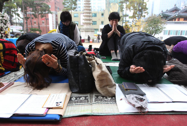 Parents pray during a special service to wish for their children's success in the college entrance exam at the Jogye Temple in Seoul