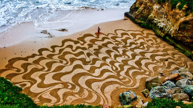 """Earthscape artist"" uses beaches as his canvas"