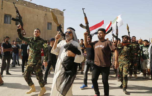 Iraqis volunteer to fight off ISIS