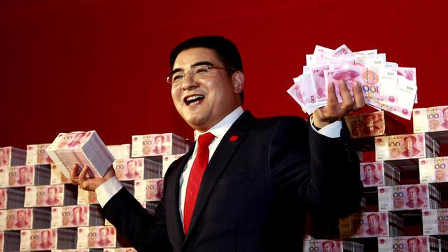 chen-posing-with-yuan-banknotes-ap4870584316376.jpg